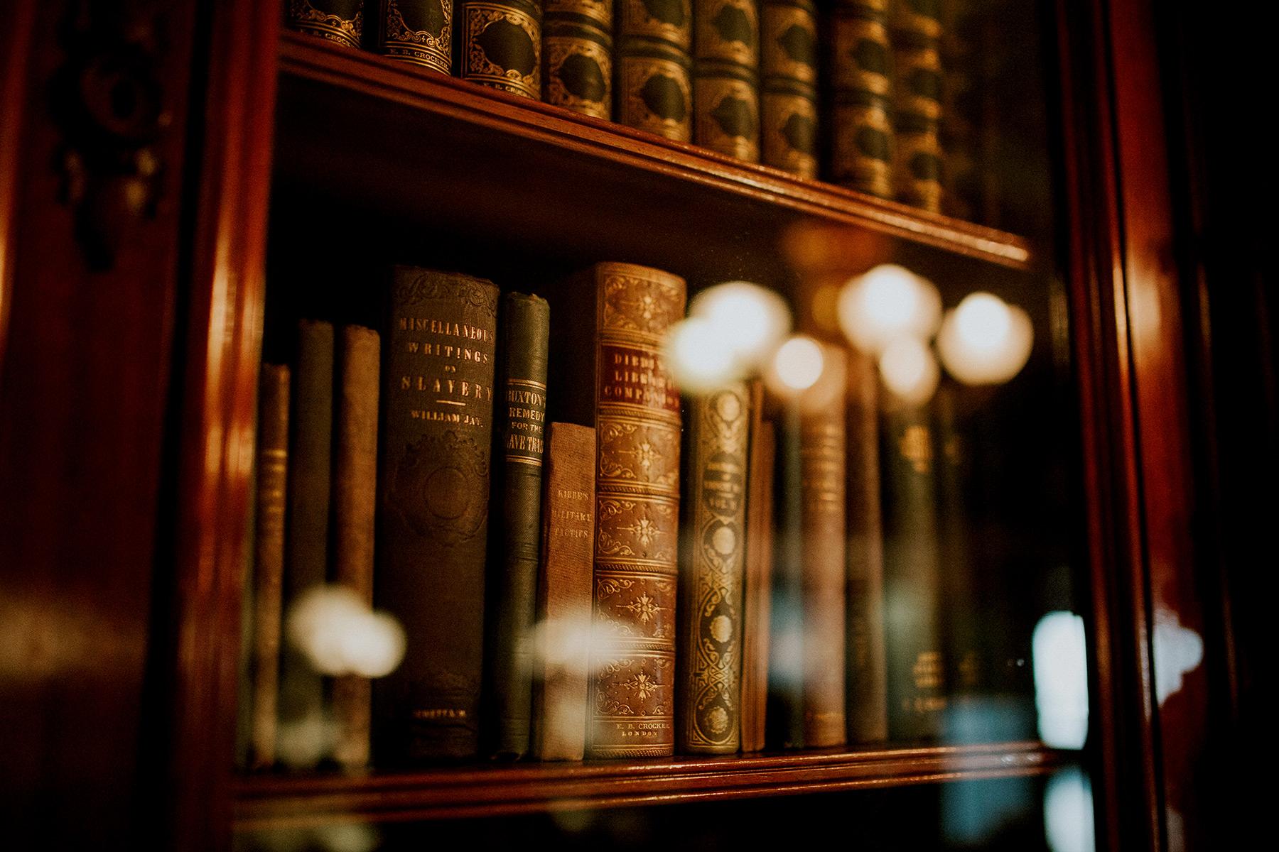 Bücher in einem Schrank