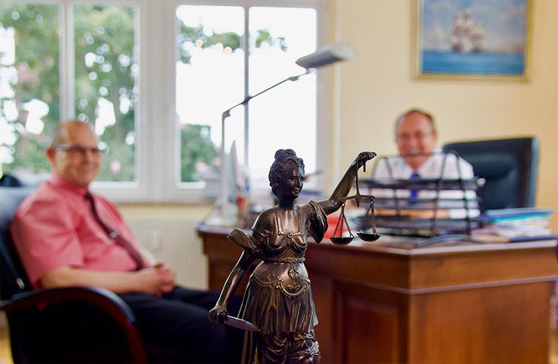 Justitia Statue im Anwaltsbüro